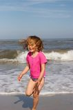 Petite fille à la plage images libres de droits