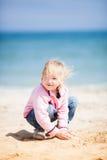 Petite fille à la plage de sable Photo stock