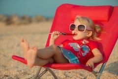 Petite fille à la plage tropicale Photographie stock libre de droits