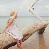 Petite fille à la plage tropicale image stock