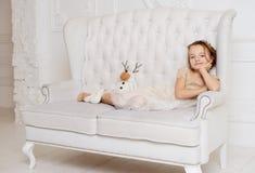 Petite fille à sa maison Images libres de droits