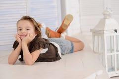 Petite fille à sa maison Photographie stock libre de droits