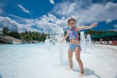 Petite fille éclaboussant l'eau Images stock