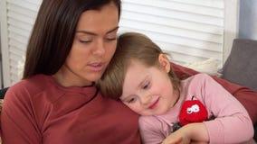 Petite fille écoutant un conte de fées de sa mère avant heure du coucher banque de vidéos