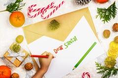 Petite fille écrivant une lettre à Santa Claus à Noël Photographie stock libre de droits
