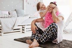 Petite fille élégante appréciant jouer avec son papa Photo libre de droits