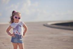 Petite fille élégante sur le pont Image libre de droits