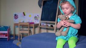 Petite fille émotive avec l'ours de peluche de meilleur ami étreignant des baisers et parler banque de vidéos