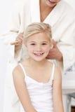 Petite fille étant jolie dans la salle de bains images libres de droits