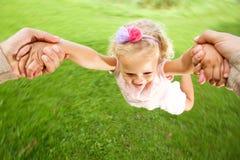 Petite fille étant tournée en cercles au parc Image stock
