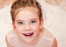 Petite fille étonnée adorable dans la robe de princesse Image stock