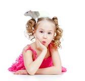 Petite fille étonnée avec le rat d'animal familier sur sa tête Images libres de droits