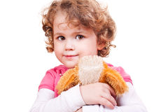 Petite fille étreignant le crabot de jouet Image libre de droits