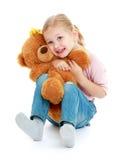 Petite fille étreignant un ours de nounours Photos libres de droits