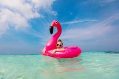 Petite fille adorable à la plage image libre de droits