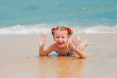 Petite fille adorable à la plage pendant des vacances d'été Images libres de droits