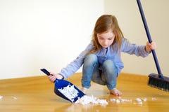 Petite fille adorable aidant sa maman à nettoyer Images libres de droits