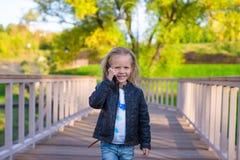 Petite fille adorable au jour chaud d'automne dehors image libre de droits