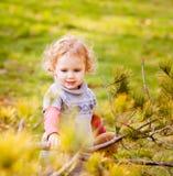 Petite fille adorable avec des feuilles d'automne Photographie stock