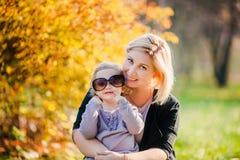 Petite fille adorable avec la belle mère Photos stock