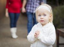 Petite fille adorable avec son portrait de maman et de papa Photos libres de droits
