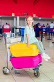 Petite fille adorable ayant l'amusement dans l'embarquement de attente d'aéroport Images stock