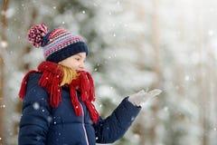 Petite fille adorable ayant l'amusement dans le beau parc d'hiver Enfant mignon jouant dans une neige images stock