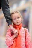 Petite fille adorable dans l'embarquement de attente d'aéroport Photographie stock