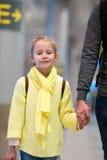 Petite fille adorable dans l'embarquement de attente d'aéroport Photo libre de droits