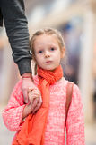 Petite fille adorable dans l'embarquement de attente d'aéroport Photos libres de droits