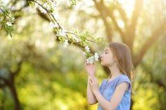 Petite fille adorable dans le jardin de floraison de pommier la belle journée de printemps photo libre de droits