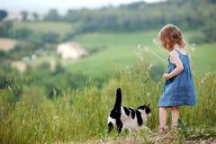 Petite fille adorable et un chat Image stock