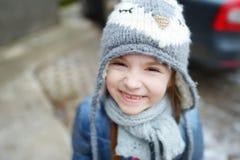 Petite fille adorable faisant les visages drôles dehors Photo libre de droits