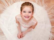Petite fille adorable heureuse dans la robe de princesse Photographie stock libre de droits