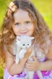 Petite fille adorable jouant avec de petits chatons au jour d'été images stock