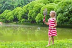 Petite fille adorable jouant le badminton sur le pique-nique Images stock