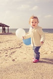 Petite fille adorable jouant sur une plage Photographie stock