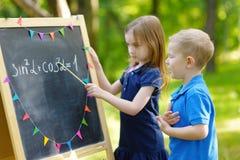 Petite fille adorable jouant un professeur Photo libre de droits