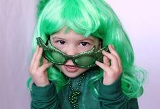 Petite fille adorable le jour de Patricks de saint Images stock