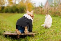 Petite fille adorable marchant avec son chat Photo libre de droits