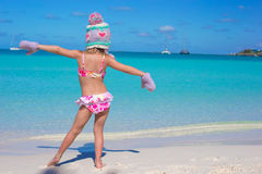 Petite fille adorable mignonne sur la plage tropicale Image libre de droits