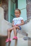 Petite fille adorable s'asseyant sur les étapes de Images stock