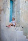 Petite fille adorable s'asseyant sur les étapes de Photographie stock libre de droits