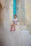 Petite fille adorable s'asseyant sur les étapes de Photos libres de droits