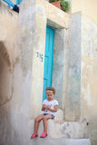 Petite fille adorable s'asseyant sur les étapes de Images libres de droits