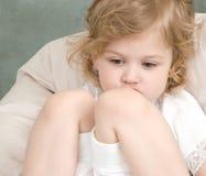Petite fille adorable triste Images libres de droits