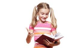 Petite fille affichant un livre. photos stock