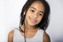 Petite fille africaine adorable sur le fond de gris de studio photographie stock libre de droits