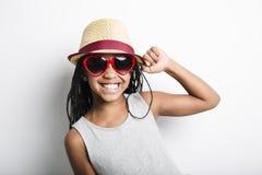 Petite fille africaine adorable sur le fond de gris de studio photo stock
