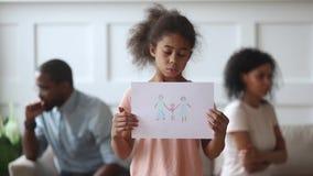 Petite fille africaine bouleversée regardant l'image de famille de participation de caméra clips vidéos